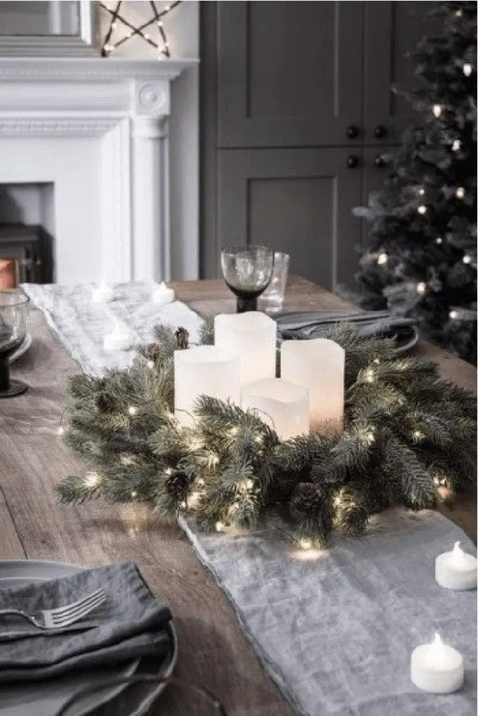 121 Christmas Table Settings Ideas Elegant And Simple Page 14 Bloganisa Online Christmas Table Decorations Christmas Interiors Christmas Decorations