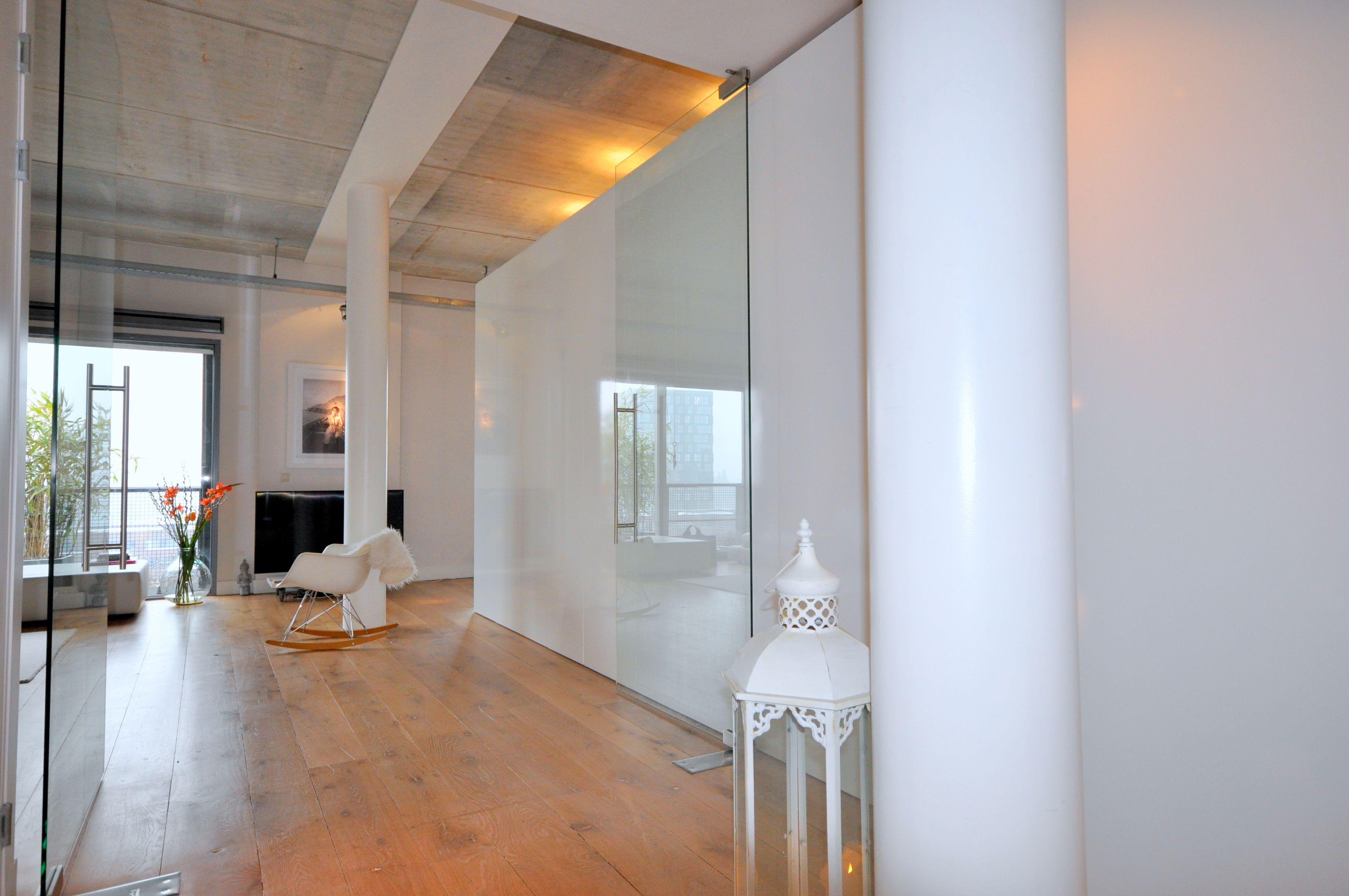 Frank Weil - Interieur verbouwd pakhuis - hoogglans wit kastenblok ...