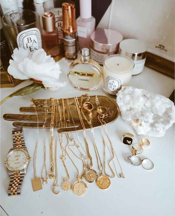 15 Minimalistische sieraden webshops is part of Jewelry accessories, Accessories necklace, Jewelry, Cute jewelry, Jewelry necklaces, Fashion accessories - Minimalistische sieraden zijn subtiel, verfijnd en met van alles te combineren  We zetten onze favorieten adresjes voor je op een rij