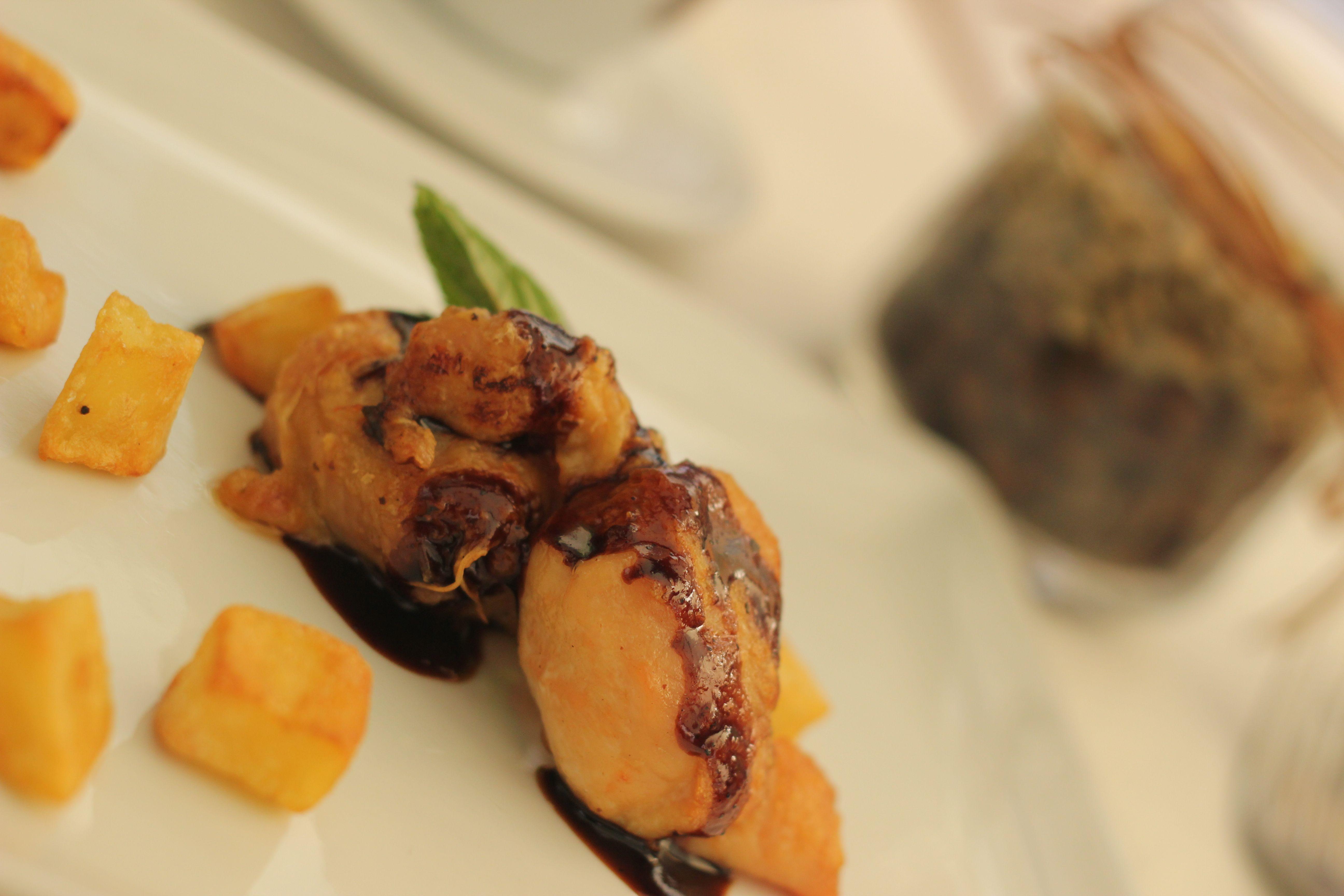 Uno dei piatti preparati dallo chef Andrea Rambaldi: galletto profumato al rosmarino glassato al caffè e birra stout con patate [ph. Paola Gatti]