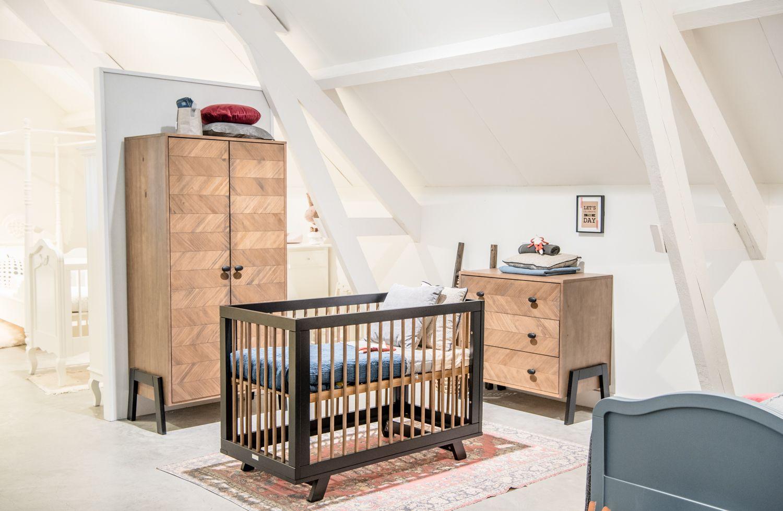 Warme kleuren in deze haprer kamer van coming kids babykamer