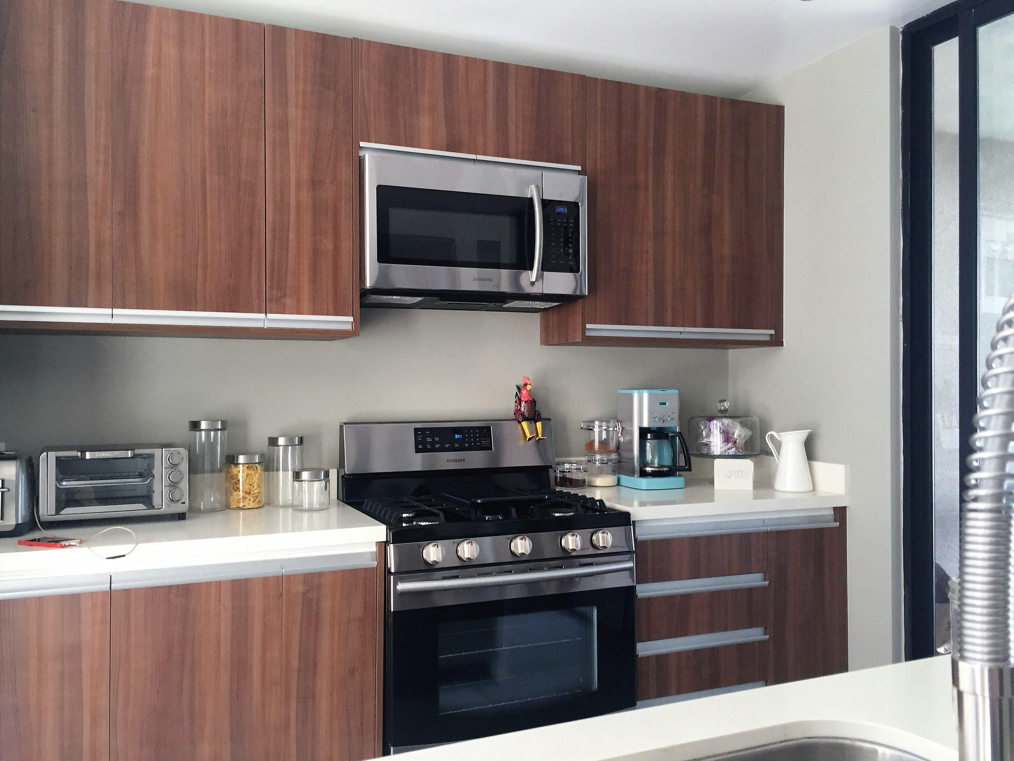 cocina integral moderna en una sola tonalidad y