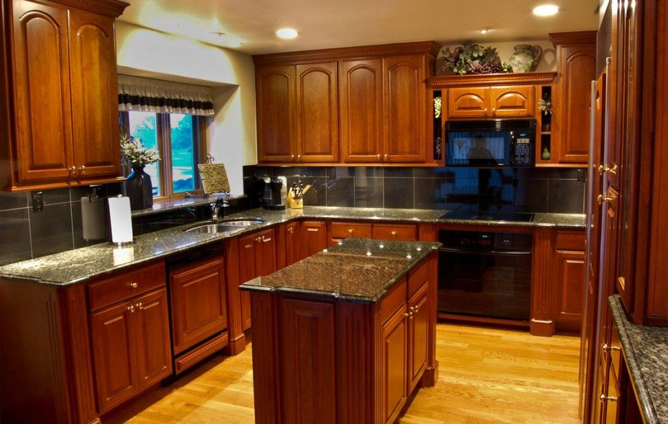 mirrored-black-backsplash-also-lovely-cherry-wood-cabinets-and-mini-island-table-picture-with-yellow-laminated-floor-972x617.jpg (972×617)