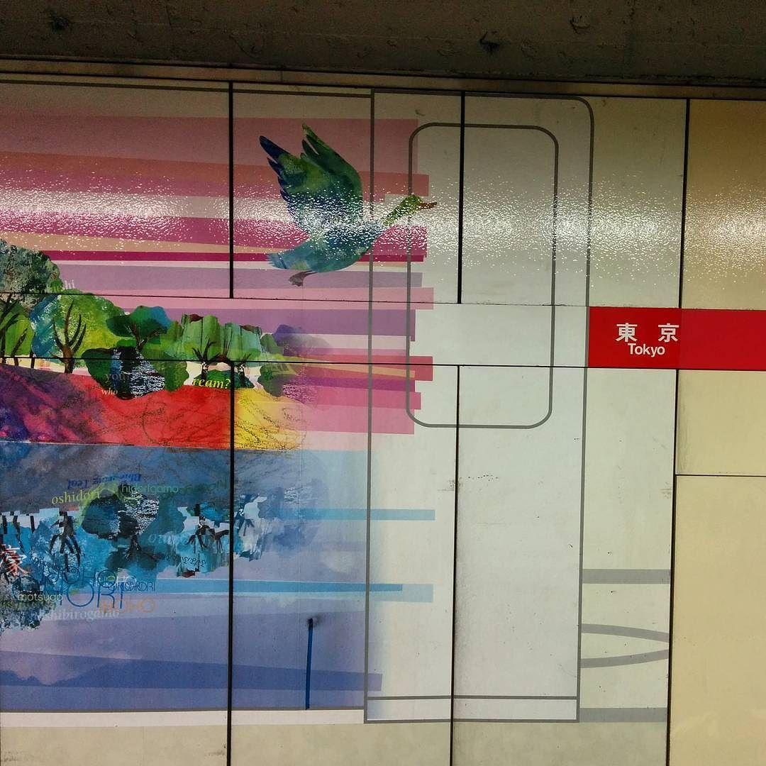 丸ノ内線東京駅ホームの壁画よく見たら絵の裏に丸ノ内線の車両 ドア が