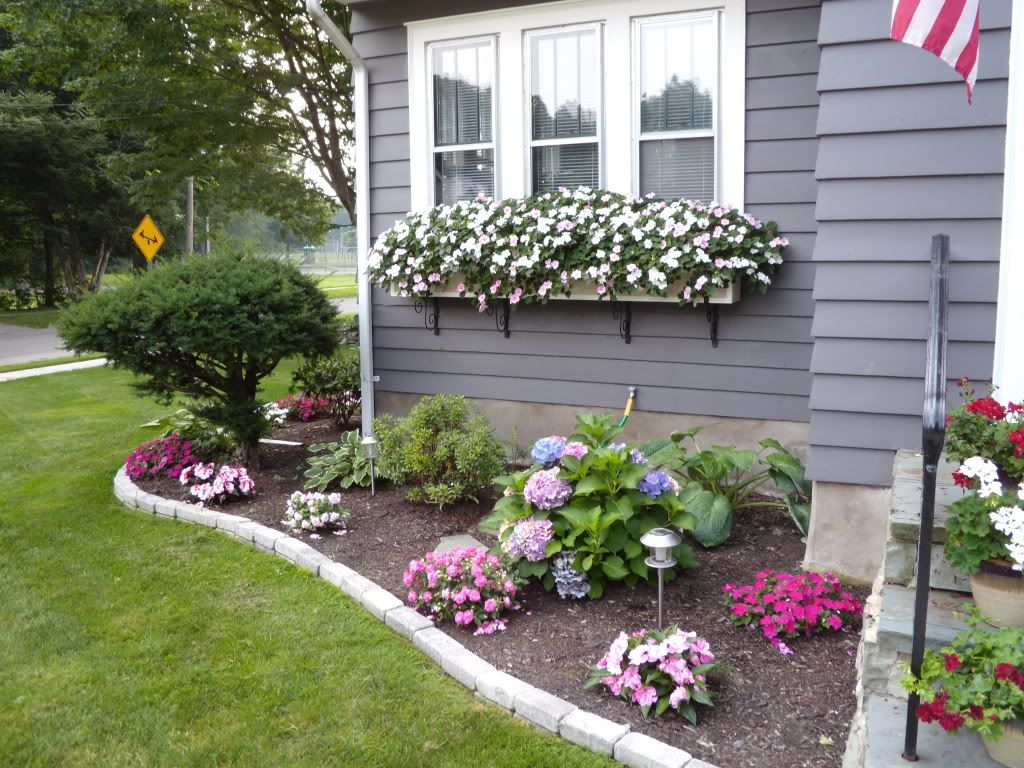 Corner flower bed Small front yard landscaping, Front