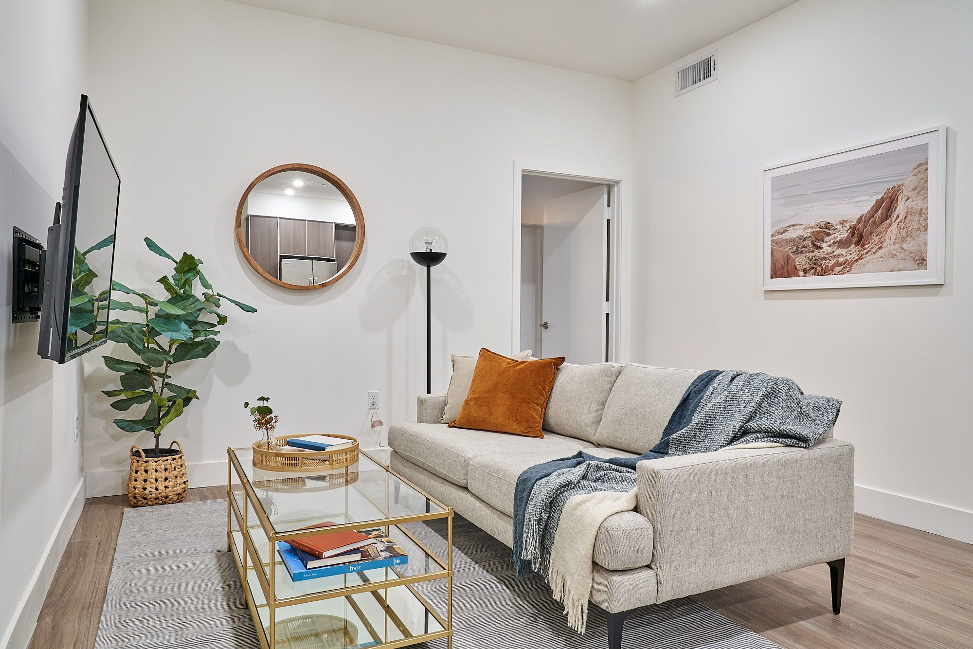 Common Elmwood Coliving Apartments In Los Angeles In 2020 Living Room Decor Rooms For Rent Room Wanted