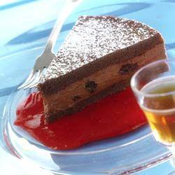 Chokoladelagkage med rosiner i madeira. En perfekt kage til en gæstemiddag. Bundene kan sagtens bages i god tid og opbevares, godt indpakket, i køleskabet.