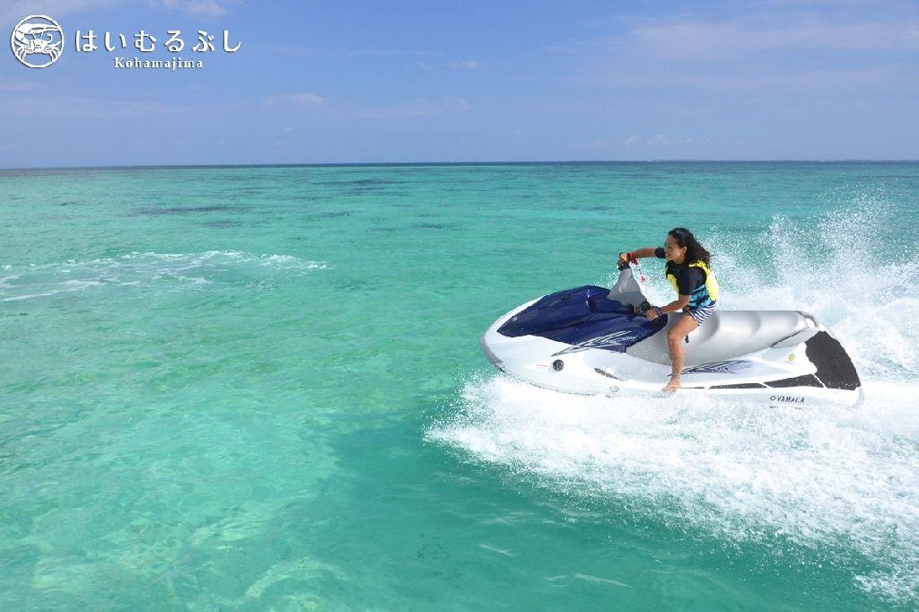 爽快な気分を体験できるマリンジェット! 真っ青なサンゴ礁の海をステージにお楽しみください。