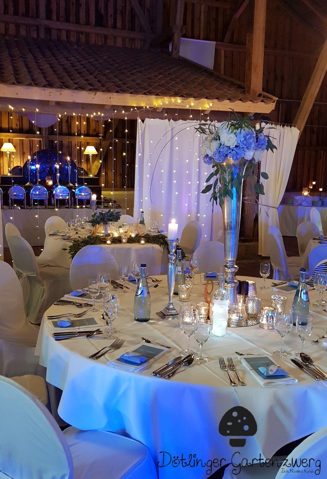 Hohe Gestecke Zur Tischdekoration In Blau Weiss Gold Mit Hortensien Rosen Eucalypthus Und Vielen Windlichtern Tischdekoration Hochzeitsdeko Blaue Hochzeit