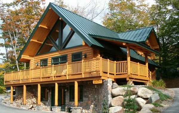 Attrayant The Subtle Tones Of The Timber Logs With Contrasting Green Roof Provides  Boldness To The Log Home Design.
