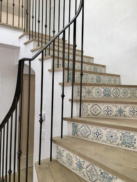 Treppe mit bemalten Fliesen weißer Eiche und Eisengeländern in einem mediterra… – 2019 – Entryway Diy