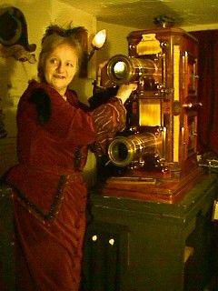 Le donne del Precinema: Janet Tamblin. E' stata e continua ad essere una delle più abili lanterniste presenti al mondo. In vista dell'Otto marzo, omaggiamo la sua figura e il lavoro costante ed eccelso che continua a svolgere tutt'ora per il mondo del Precinema.