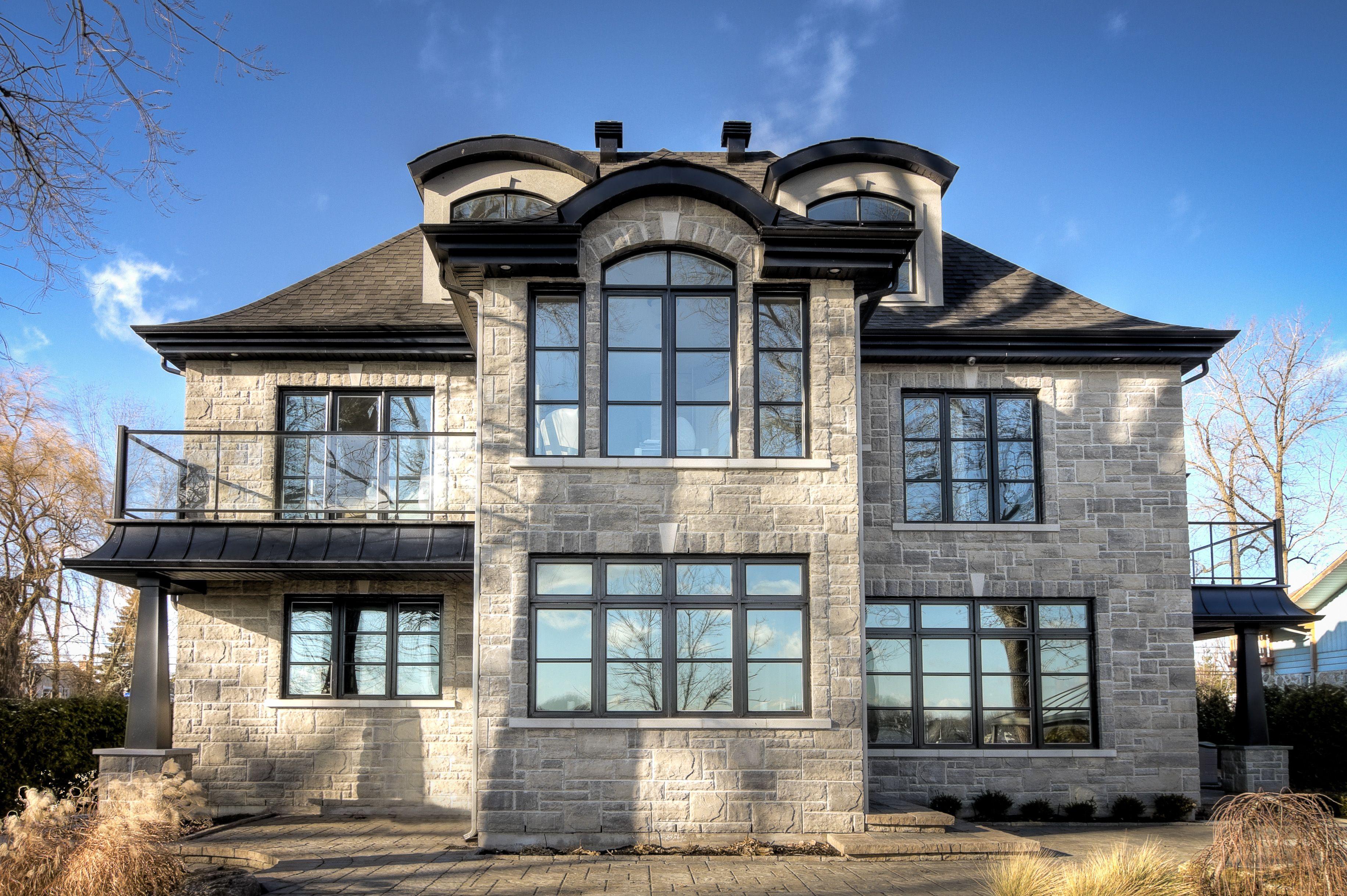 fa ade de maison avec fen tres hybrides noires longue dur e de vie et fiabilit garantie house. Black Bedroom Furniture Sets. Home Design Ideas