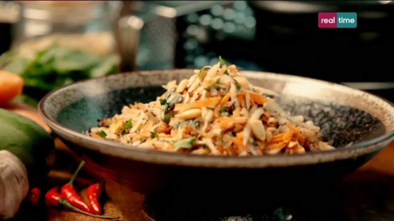 """Cucina con Ramsay # 96: Insalata di papaia verde Questa è un insalata Thai fantastica da servire a una festa, squisita e abbastanza robusta da durare tutta la sera senza """"cuocersi"""". I """"Prik Kee Noo"""" sono dei peperoncini Thai. Per sbucciare una papaia, Ramsay consiglia di appoggiarla diritta e tagliarla dall'alto verso il..."""