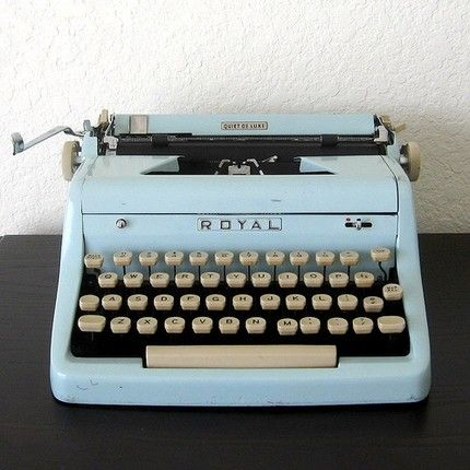Royal Quiet De Luxe Typewriter with Case: <3