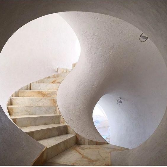The Curved Example In This Picture Is This Curvy Stair Case Also - Curvy-spiral-house-design