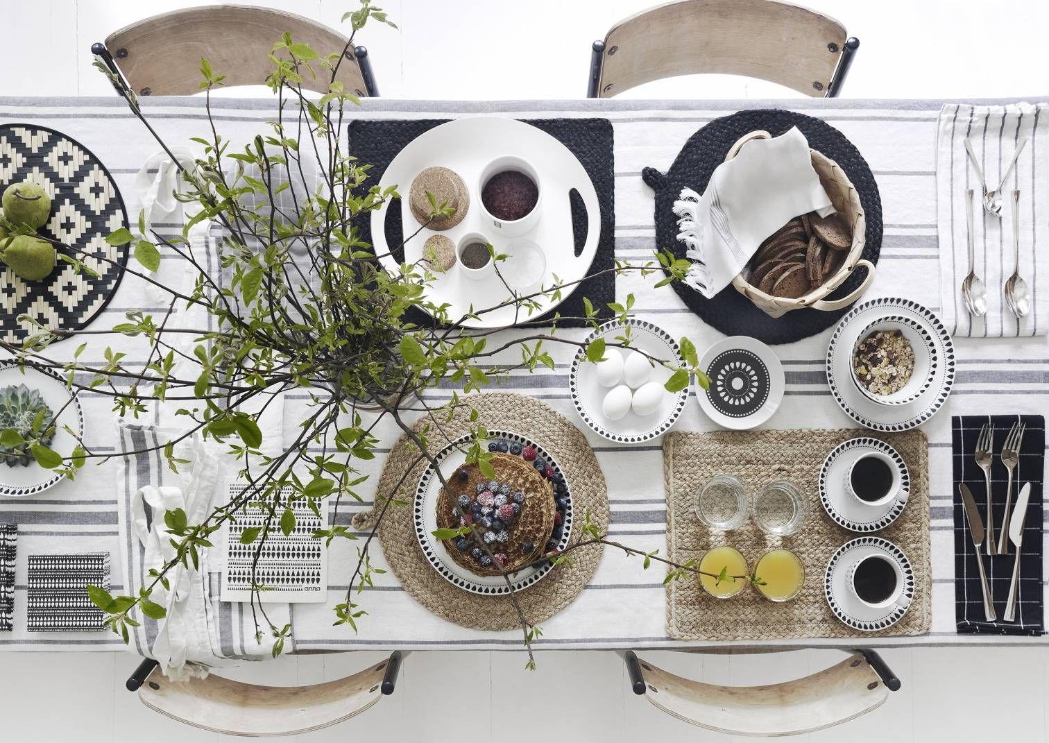 Kesäpöytä katetaan eriparisilla astioilla ja tekstiileillä, joissa on yhtenäinen väritys. Katso Avotakan ideat kesäkattauksiin.