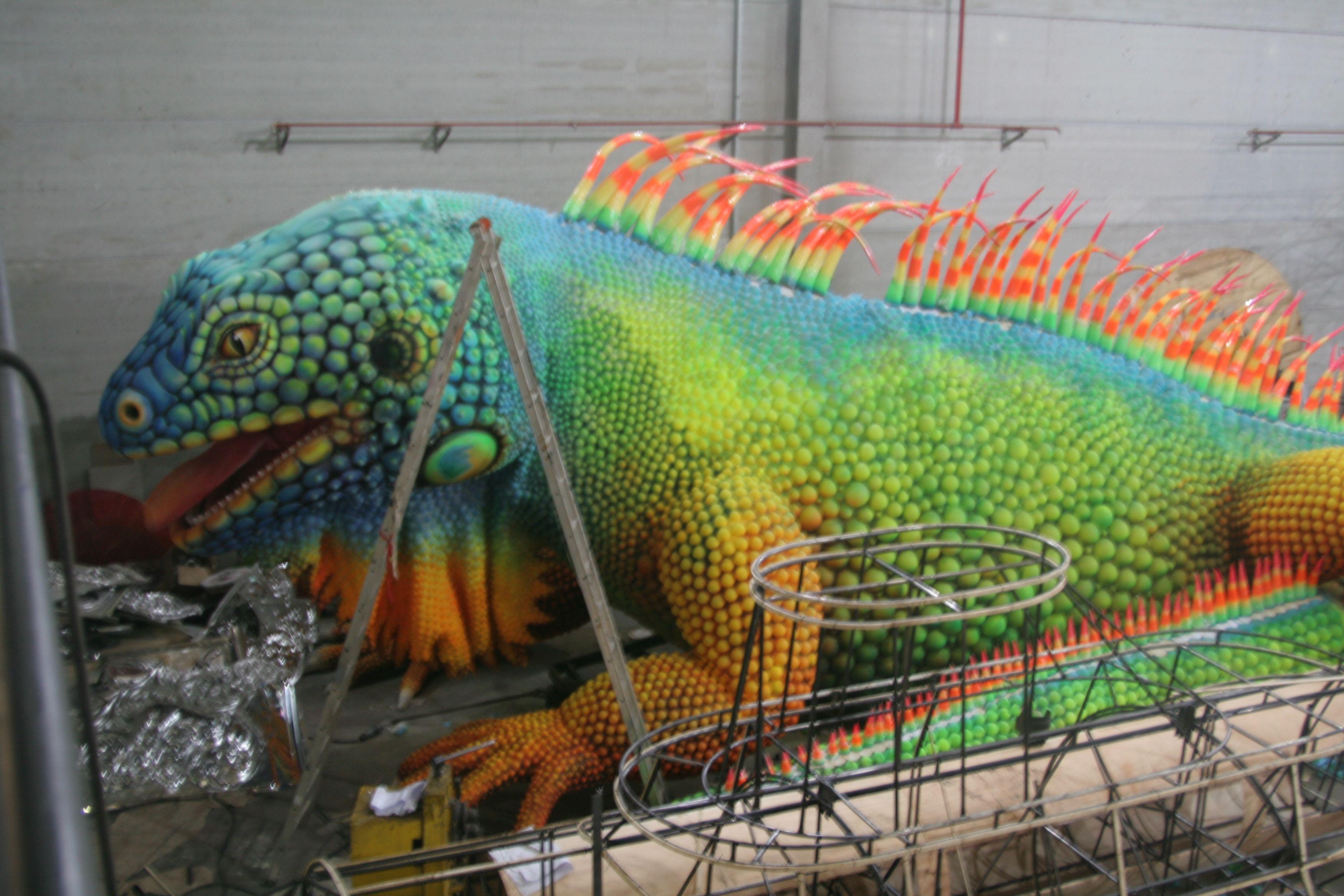 Pintura iguana de 30 metros em 4 dias de trabalho Carnaval 2013 , Escola de samba Grande Rio