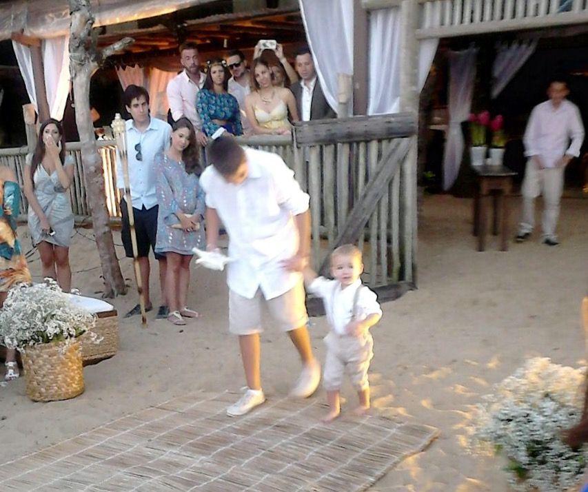 Casamento na praia. Casamento Janaína de Fabrício. Pajens lindos. O mais velho ajudando o mais novo.
