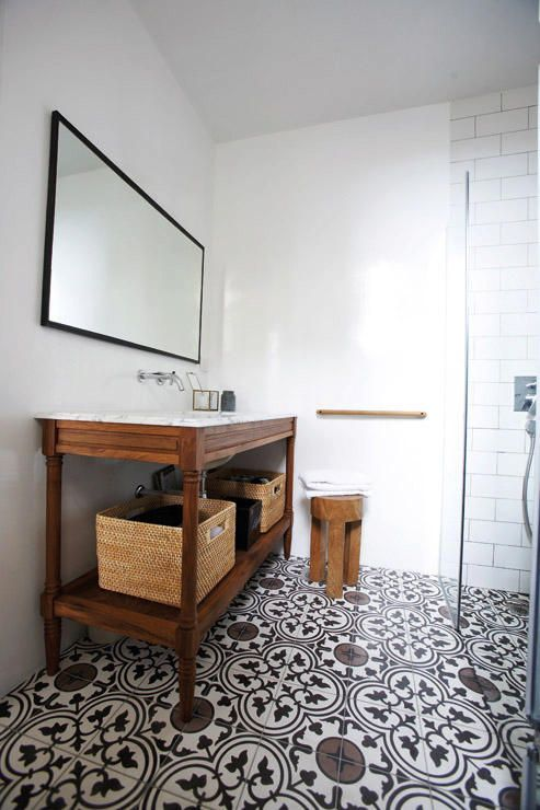 Modern minimalistic bathroom with morrocan patterned tile    @pattonmelo