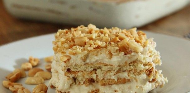 Pavê de amendoim   : 200g de margarina em temperatura ambiente; 150g de açúcar; 1 lata de creme de leite; 400g de amendoim torrado sem casca e processado (triturado); 1 colher (chá) de essência de baunilha; 1 lata de leite condensado; 2 pacotes de biscoito maisena; 1 xícara de leite e 100g de amendoim torrado sem casca picado para enfeitar.