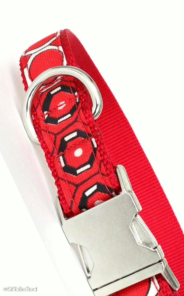 Geometric dog collar in red, black and white.