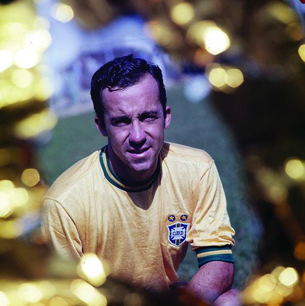 """Nesse """"panteão de deuses da bola"""", um nome tem lugar reservado: Tostão, craque eterno, gênio e campeão do tri de 1970."""