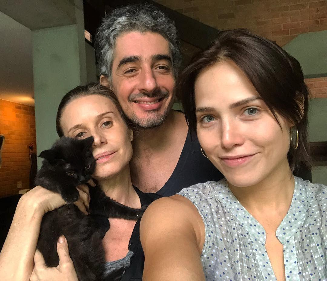 A atriz Letícia Colin e o namorado Michel Melamed adotaram mais uma  gatinha. O casal está super feliz com a chegada de Alaska.