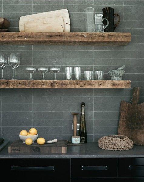 グレーのタイル張りのキッチン壁 キッチンアイデア ブルックリン