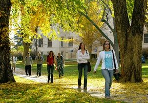 Image: Students walking on Colorado State University campus (© Colorado State University)