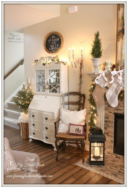 Stile Shabby Chic Natale.That Is The Exact Secretary Desk We Are Getting From Kevins Grandpa I Want To Paint It And Make Christmas Mantels French Country Christmas Farmhouse Christmas