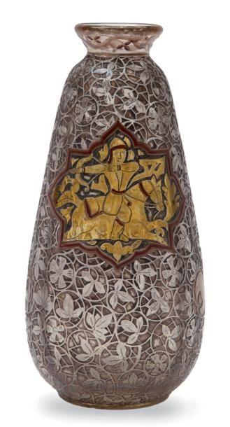 ÉMILE GALLÉ (1846-1904) Rare vase de forme conique à petit col ourlé en verre gravé et émaillé à décor de cavalier persan dans un cartouche entouré de rinceaux orientalisant. Signé et daté 1884. H.: 17… - Leclere - Maison de ventes - 07/12/2011