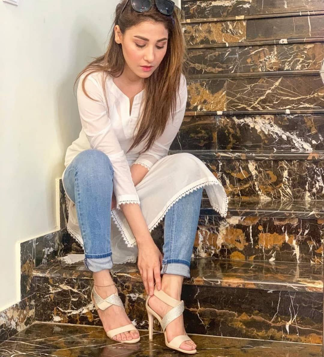 Hinaaltaf Knows How To Carry Kurti Paired With Jeans She Looks Super Elegant In Th Casual Indian Fashion Womens Fashion Dresses Casual Women S Fashion Dresses