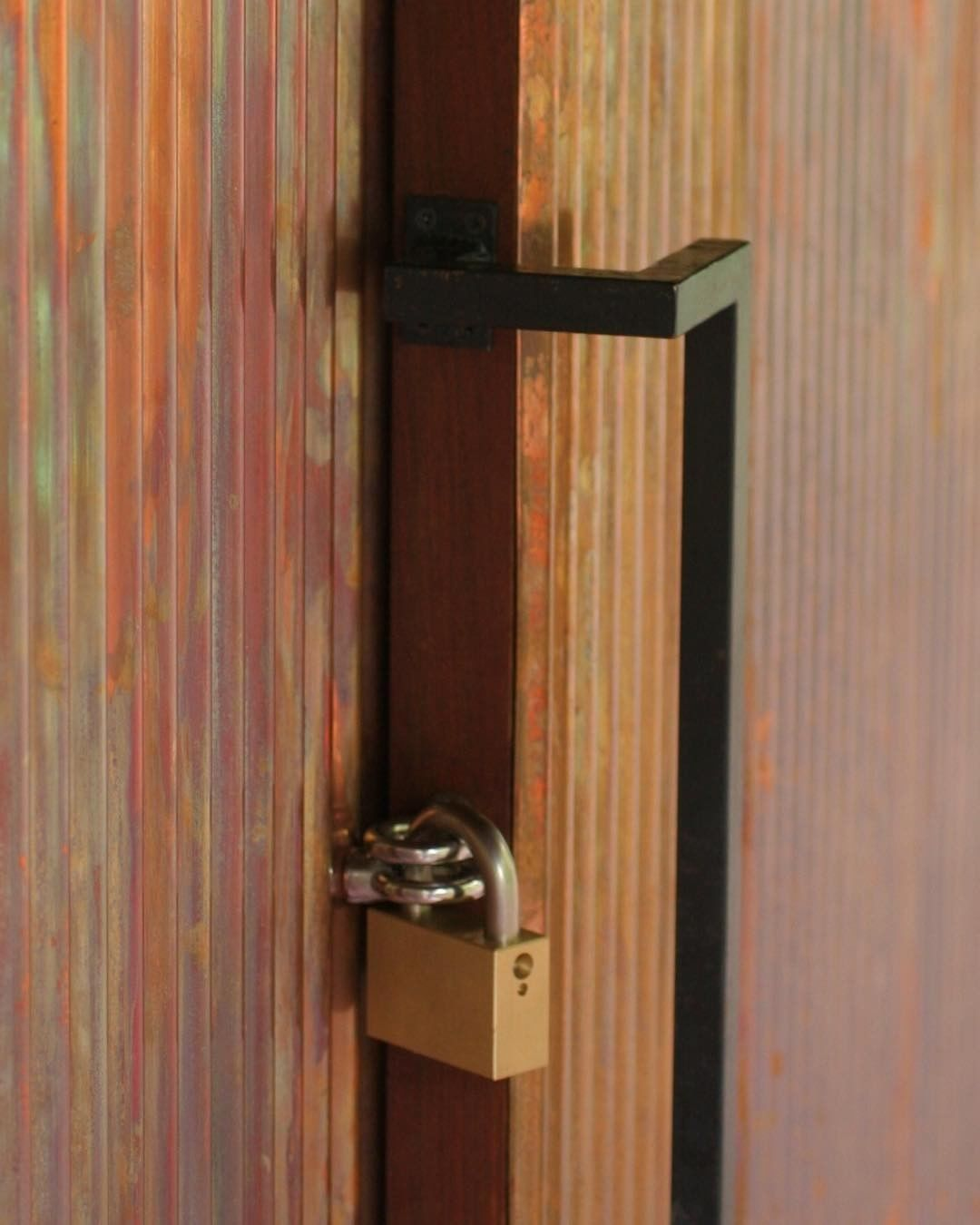 羽黒の家のドアハンドルと鍵 ハンドルは 銅製で鍵は既成 堀商店 の