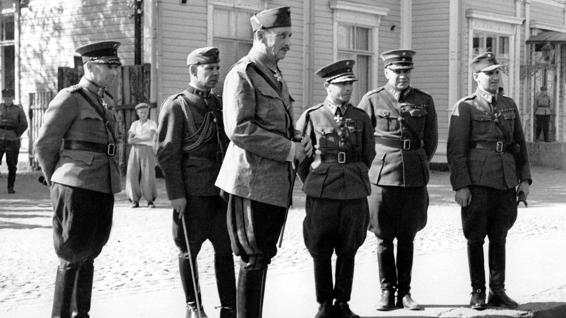 Marsalkka Mannerheim seurueineen päämajan edustalla, seurueessa mm. majuri Ragnar Grönvall ja kenraali Aksel Airo.