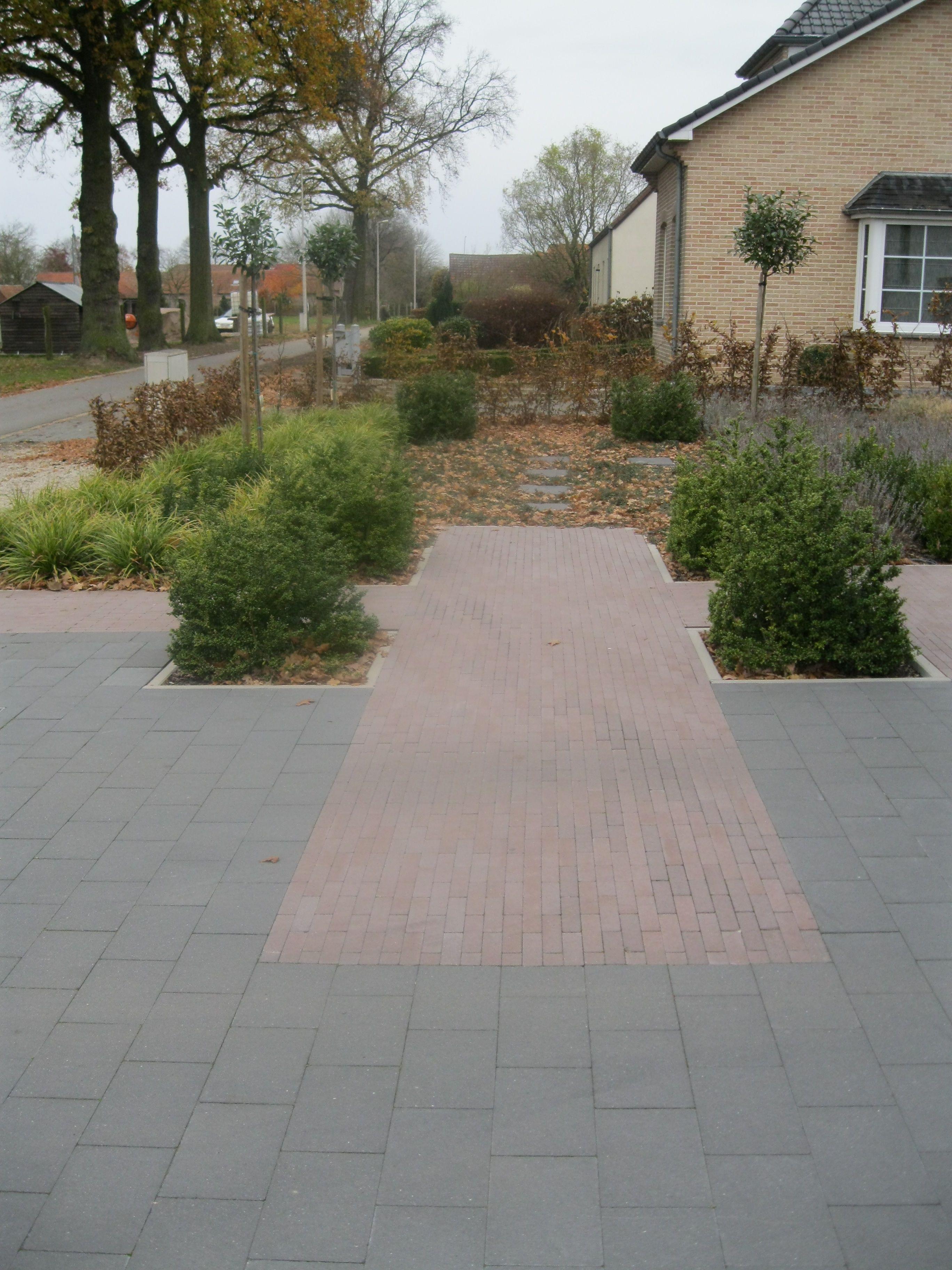 Strakke voortuin betonklinkers trv tuinaanleg for Strakke voortuin
