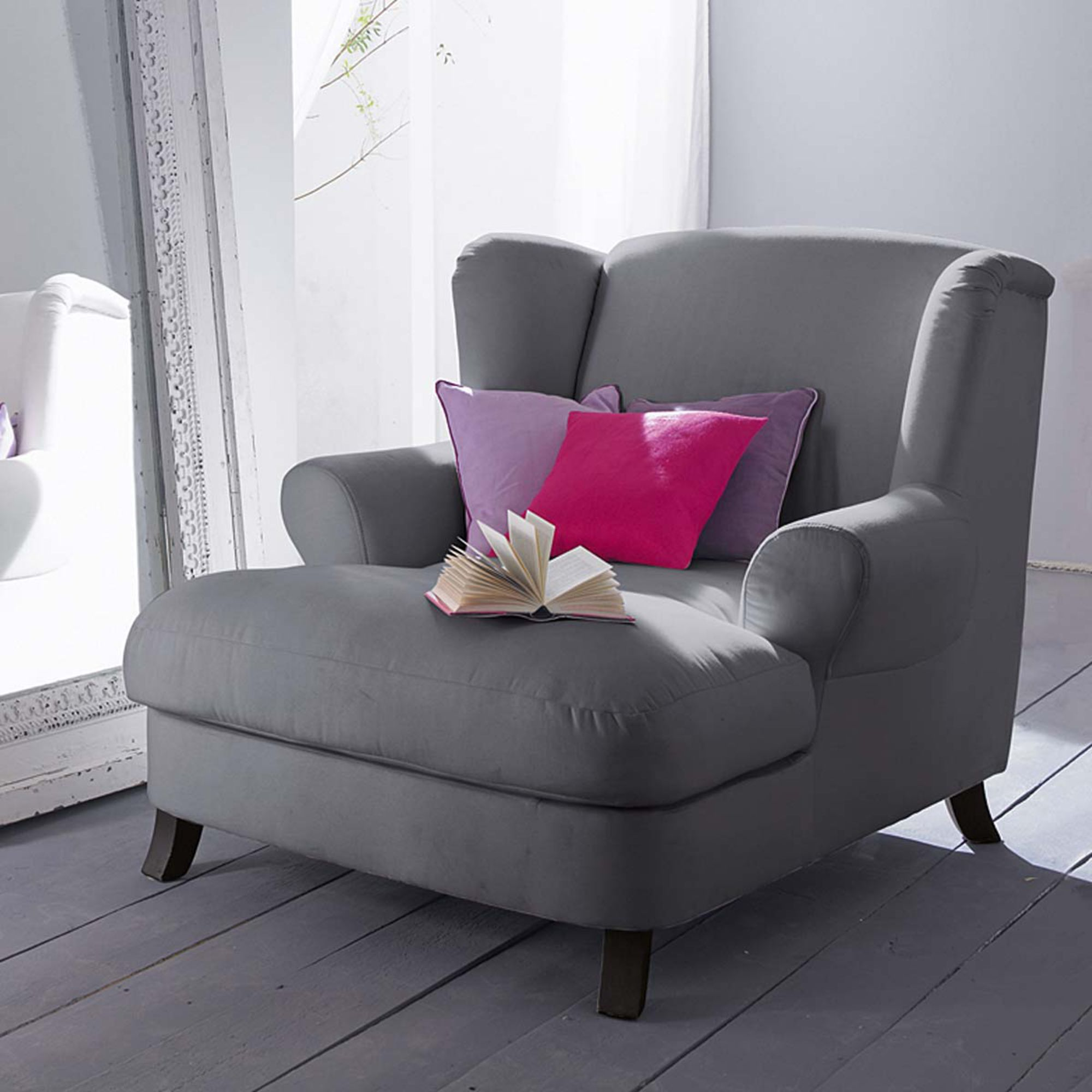Ohrensessel In Stilvollem Grau Grey Wing Chair Impressionen