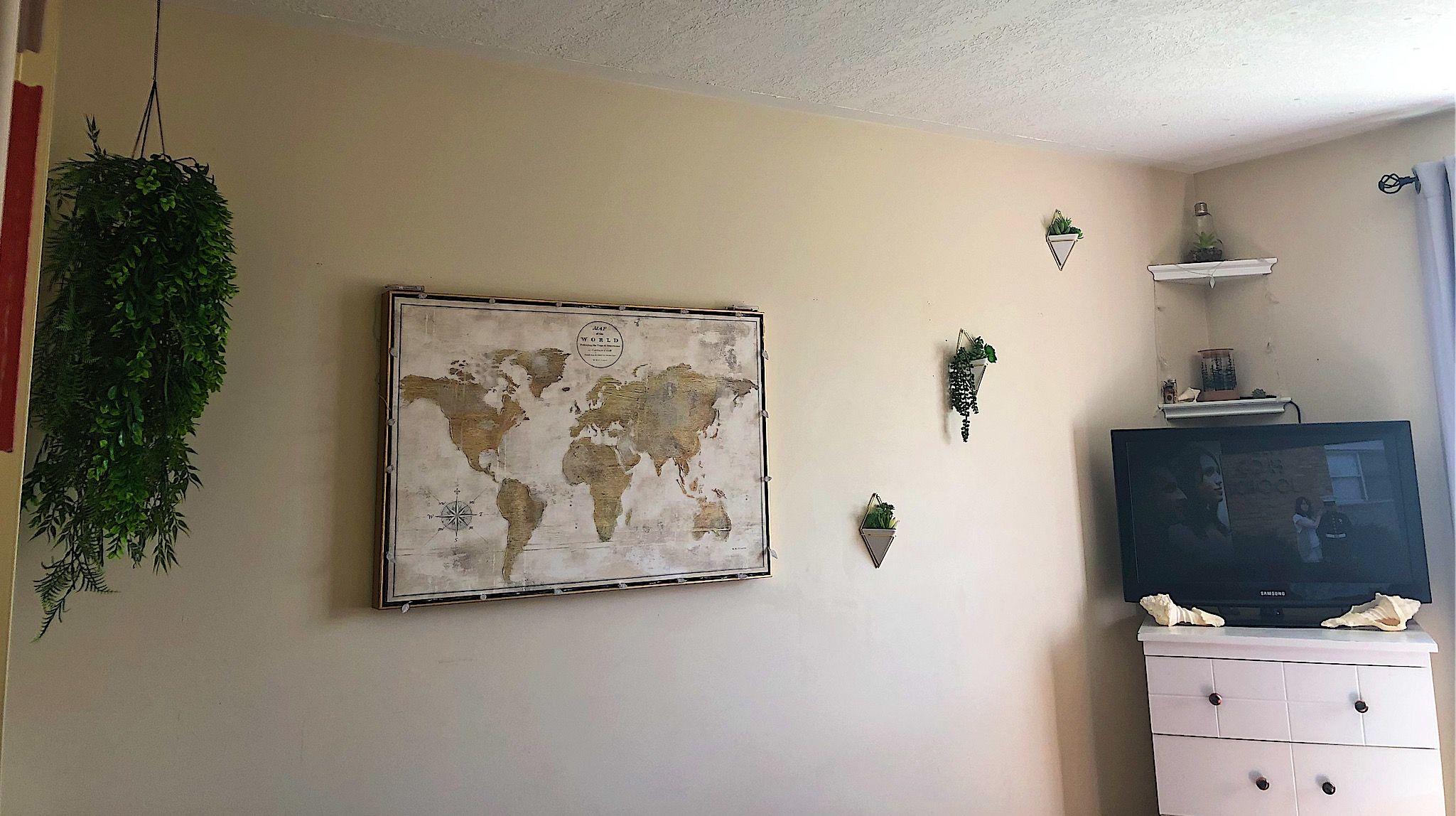 #beer oom #bedroomdecor #hangingplants #suculentas #seashells #cornershelves #worldmap #diy #lowbudget #crafty