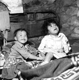 1950 Niños en el interior de su vivienda