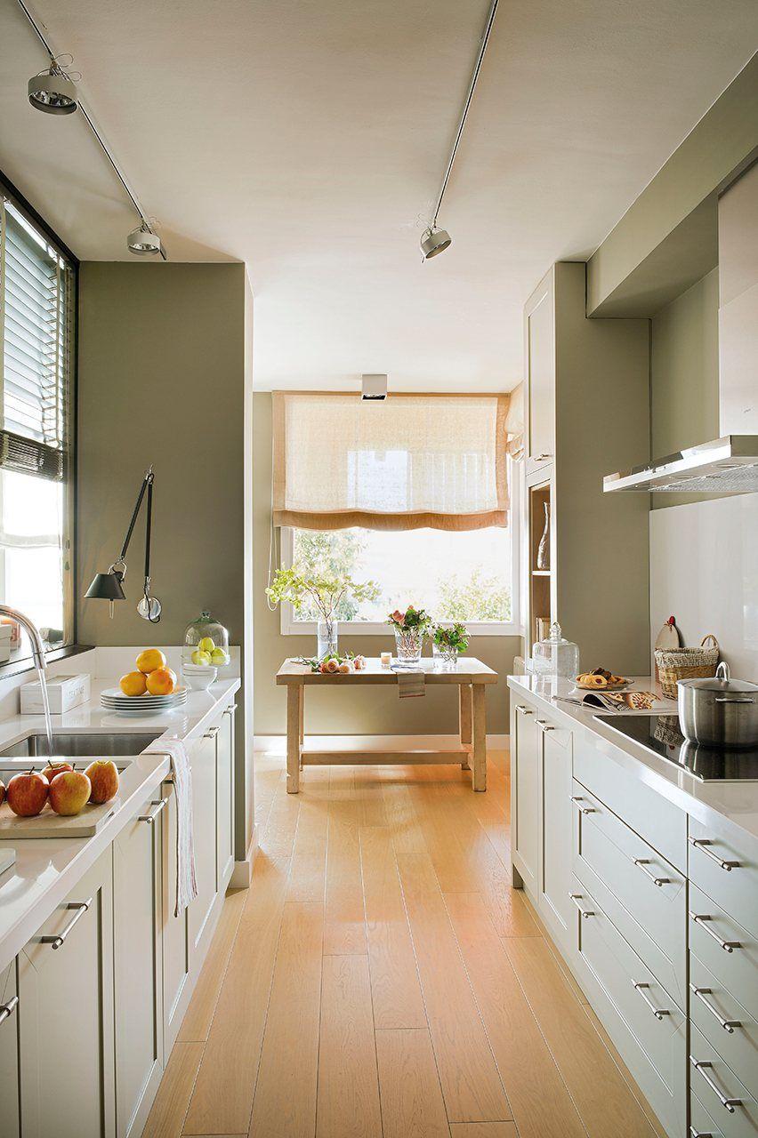 Mueble bajo entre dos peque as ventanas con perfumes - Muebles pisos pequenos ...