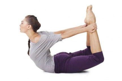 posture yoga  la posture de l'arc ou dhanurasana