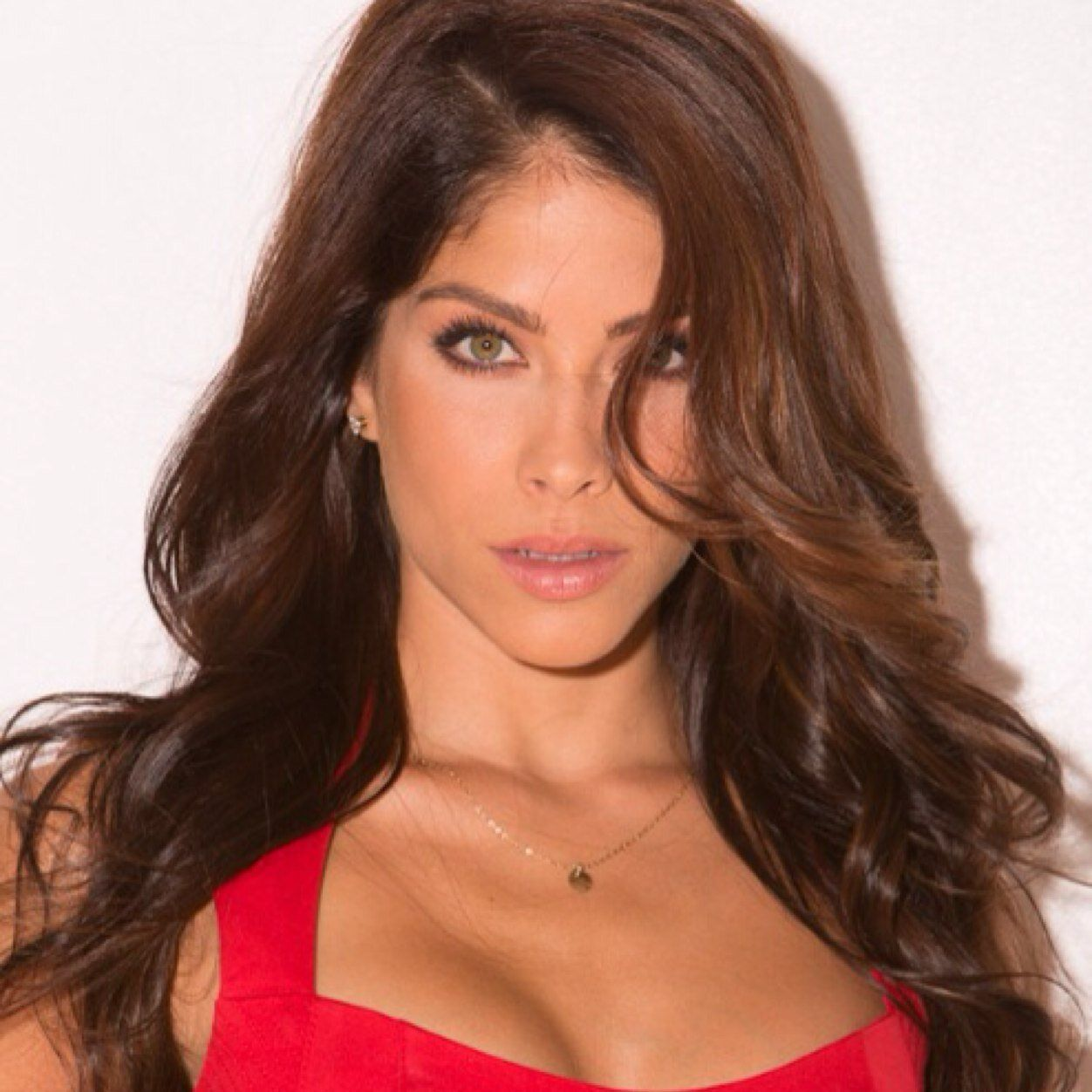 Photo of Valery Ortiz and her 2018 beach make up style, products & tips
