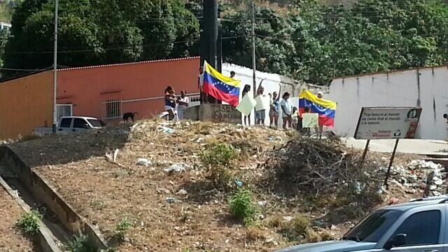 La gente de los barrios de Valencia está perdiendo el miedo. En La Adobera salen a aplaudir la caravana pic.twitter.com/elnTNYieBt