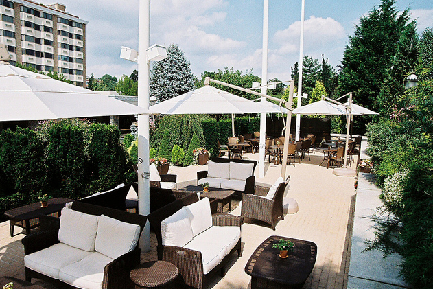 The lush, seasonal Patio Bar at The Garden City Hotel ...