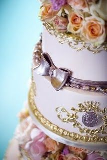 The most amazing Marie Antoinette inspired wedding cake - detail shot