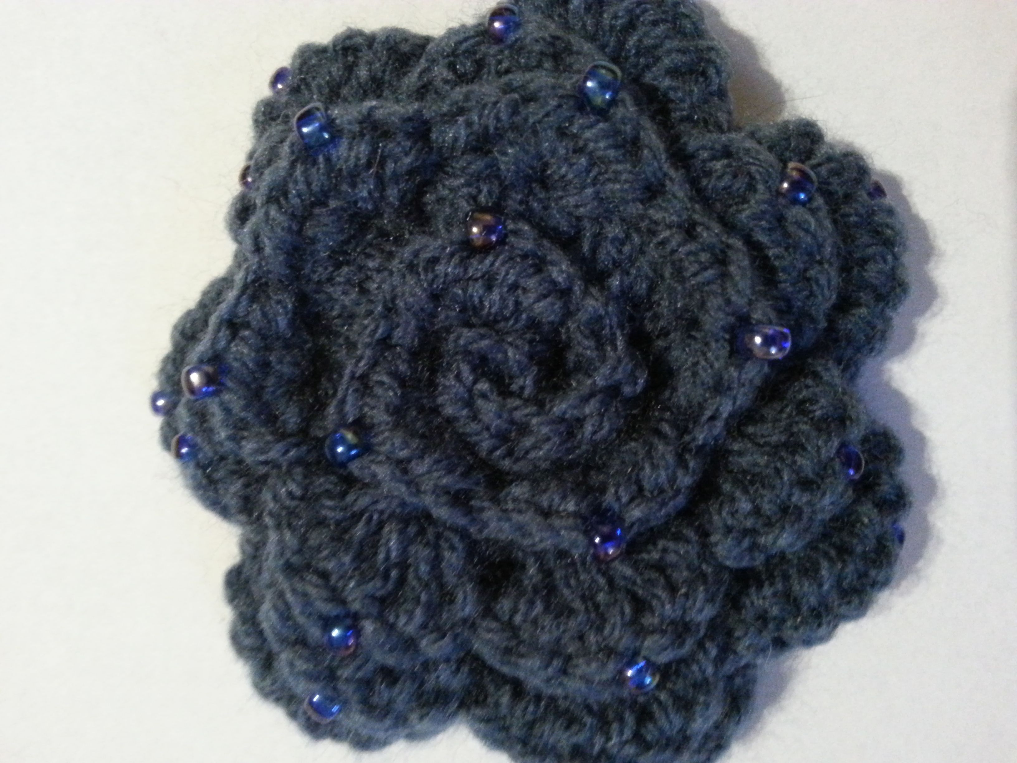 broszka róża na szydełku, crochet rose brooch, video tutorial ...