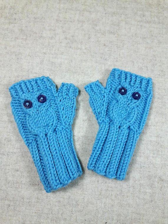 Niedliche Eulenhandschuhe für Babys und kleine Kinder bis 18 Monate. Kuschelweiche hellblaue Merino-Wolle. Die Eulen haben große