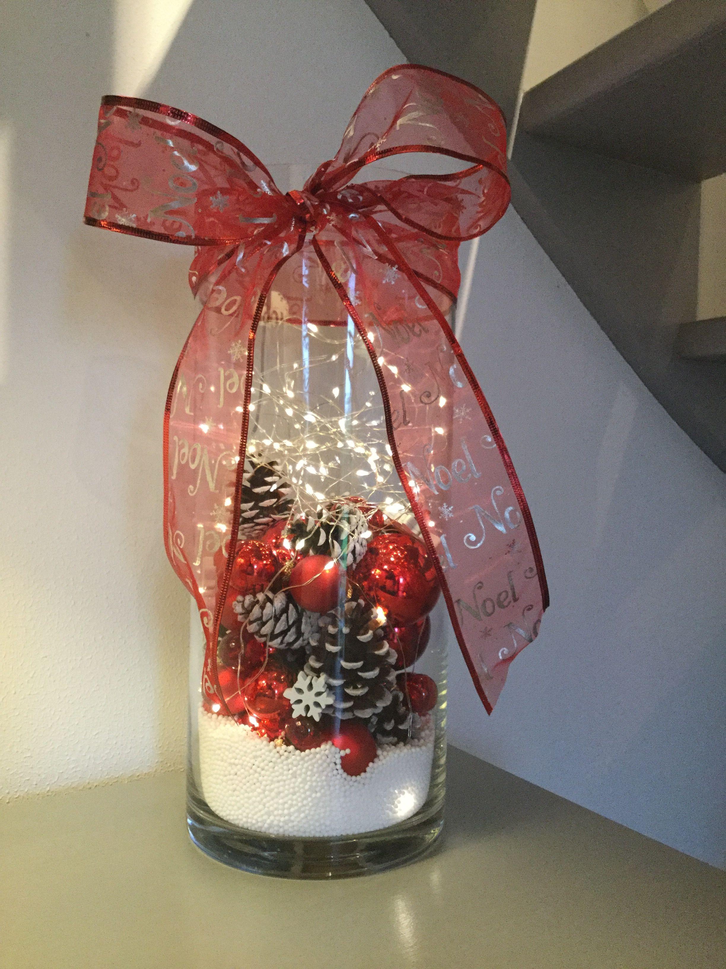 Vase garnie avec des perles de polystyrène, des pommes de pin, une