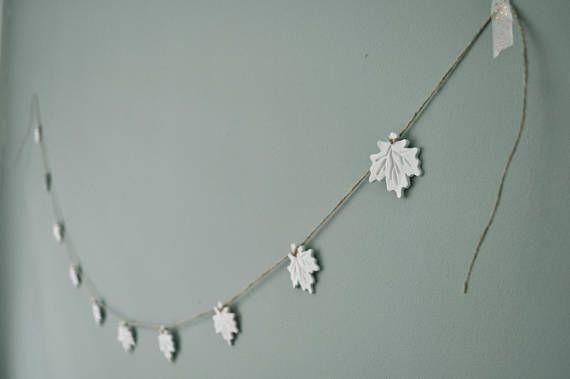 Deze rustieke slinger van witte herfstbladeren met jute touw past