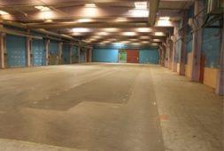 Lagere Middelfart fra 500m2, 125,- pr.m2   Lagerlokaler udlejes i den tidligere Walker bygning i Middelfart.    Billig leje. Spørg på evt. opdeling i mindre enheder.  Porte med ramper.  Loftshøjde 6,40 m2 med godt lys fra ovenlysvinduer.  Opvarmet med naturgas.  Der er fire større ledige lejemål i ejendommen:  Hal: 3.495 m2, lofthøjde 6,40 m  Hal: 1.777 m2, lofthøjde 6,40 m  Hal: 5.439 m2, lofthøjde 3.69 m  Værksted: 454 m2 + kælder 302 m2.